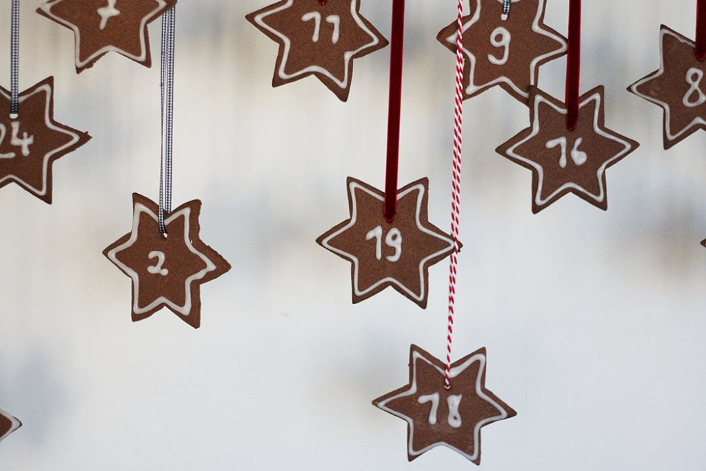 Regal mit Adventskalender