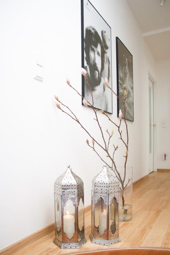 Flur mit schwarz weiß Bildern, orientalischen Lampen und Magnolien