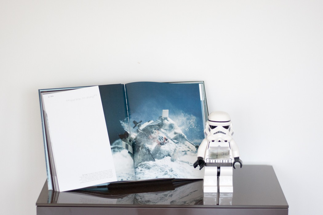Links I love - Sideboard with Starwarsbook und Stromtrooper Wecker - Dekorations Highlights Wohnzimmer - Home Deko
