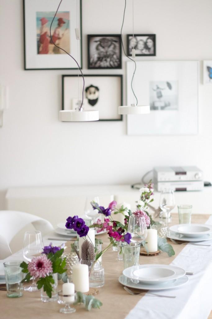 Tischgedeck mit pinken Blumen