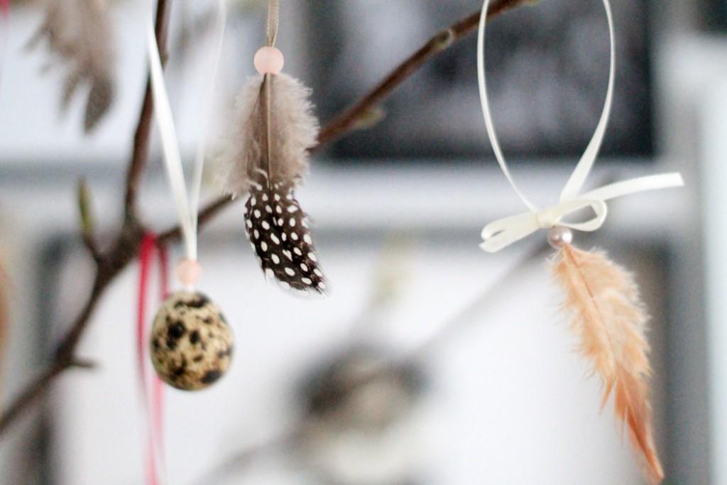 Oster dekoration mit Federn