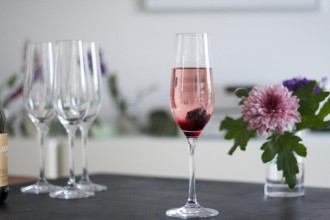 Kir Royal with a twist - Brombeer Rosmarin Sirup angerichtet mit einer Brombeere - Tutorial