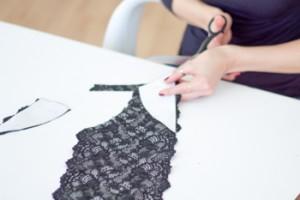 DIY schwarzes Spitzen Bralette selber machen Anleitung - Stoff nach Schnittmuster zuschneiden
