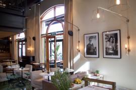 Market House Hotel Tel Aviv Eingangsbereich mit schwarz-weiß Fotographien - Marmortischen und Messinglampen - Interior & Deco Inspiration