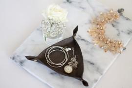 DIY LEDER SCHMUCK SCHALE - Dreieckige Schale aus Leder mit Buchschrauben und Lochschere selber machen - lindaloves.de DIY Blog aus Berlin