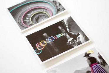DIY: Schwarz-weiße Postkarten mit buntem Stickgarn besticken - lindaloves.de - Geschenke selber machen: Kalender wiederverwenden und aufhübschen