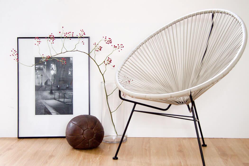 Herbstdeko mit roten Beeren Medizinball und Acapulco Chair