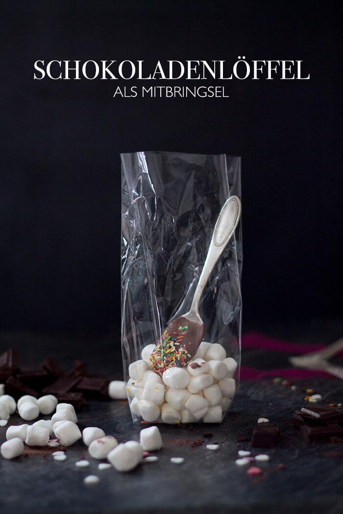 Schokolade auf Löffel als Mitbringesel für Weihnachten mit Marshmallows für heiße Schoki