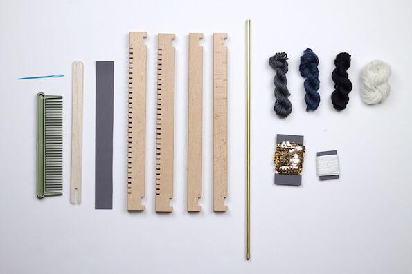Webkamm, Webschiffchen, Kettfaden, Webrahmen aus hochwertigem Holz, Goldpailetten, Messingrohr, Wolle