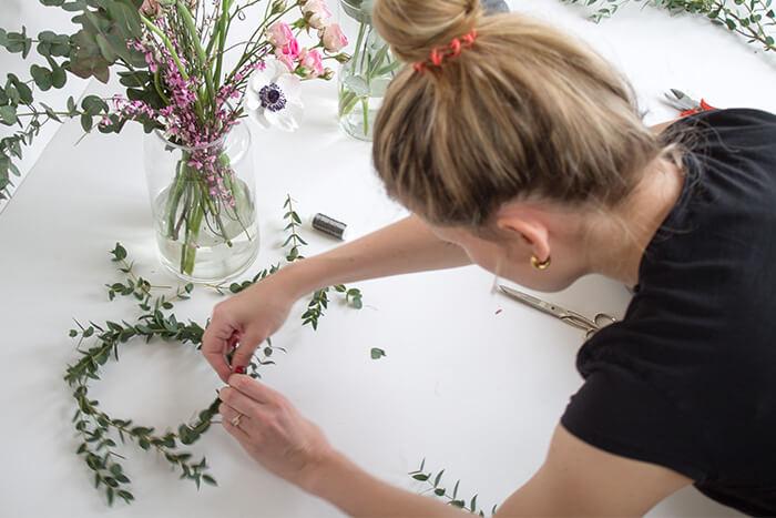 Eukalyptuskran für Haare mit Blumendraht binden