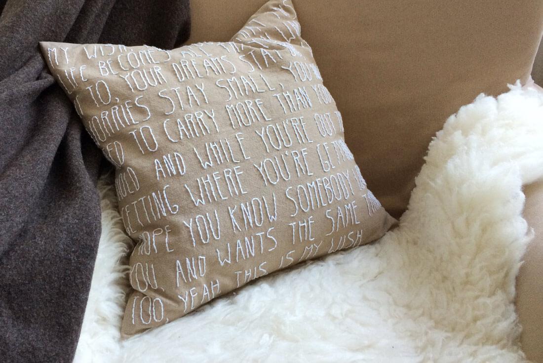 DIY Kissen besticken als persönliche Geschenkidee -