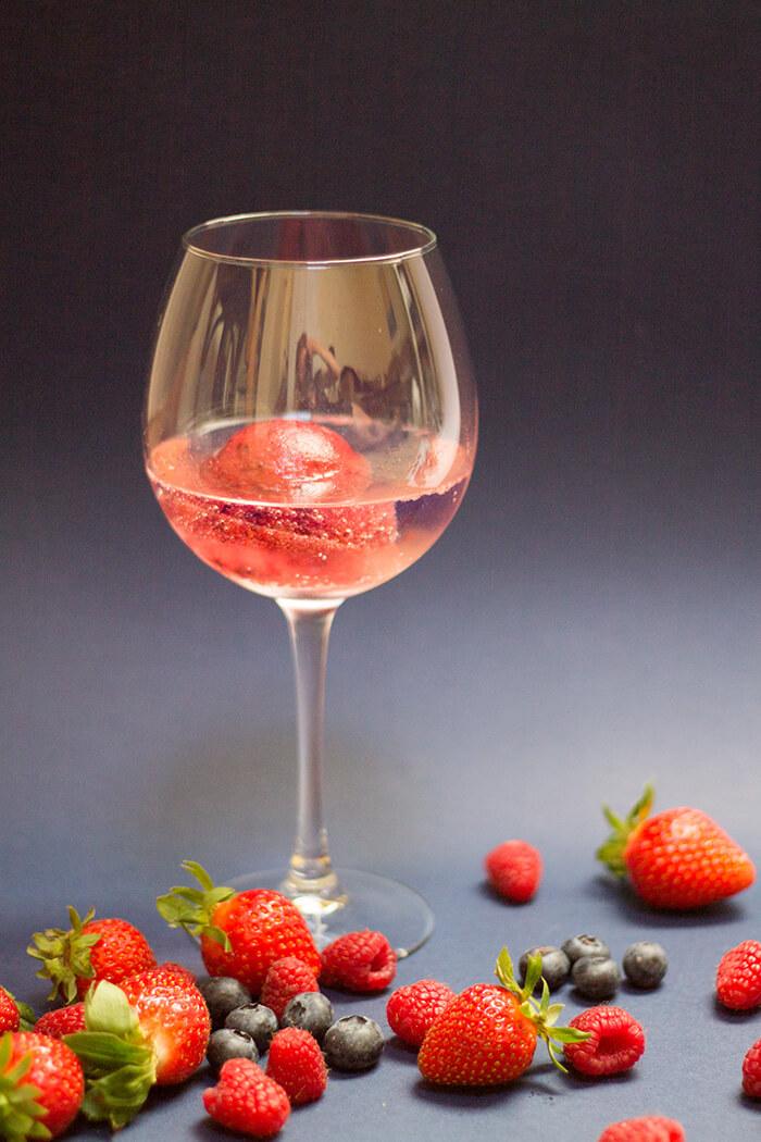Cocktailrezept Gin and Tonic Fruchcocktail mit Eiswürfel aus Erdbeeren Himbeeren und Heidelbeeren - D I Y Blog lindaloves