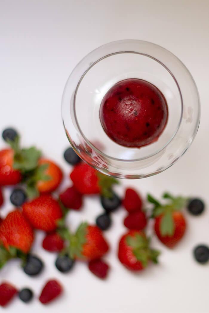 DIY Rezept Früchtedrink mit Eiswürfel aus Erdbeeren Himbeeren und Heidelbeeren - D I Y Blog lindaloves