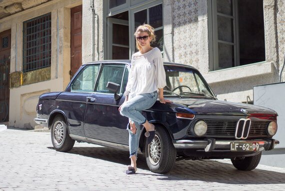 Pompom Schuhe in Porto Linda vor Oldtimer DIY Blog lindaloves