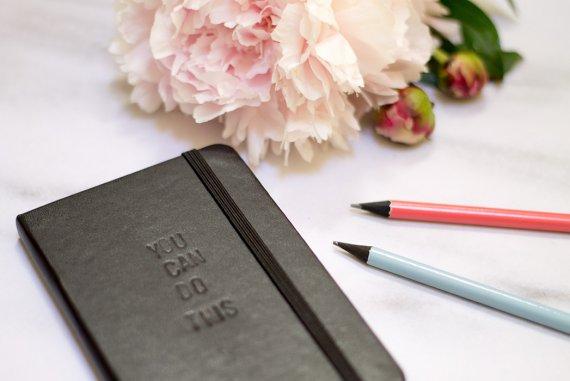DIY Blog lindaloves.de - Notizbuch personalisieren mit Prägebuchstaben