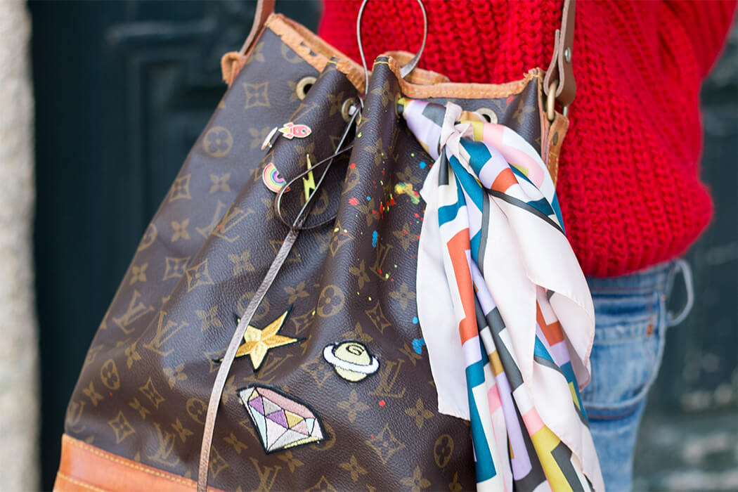 Handtasche bemalen Louis Vuitton Upcycling Designertasche Patches Pins