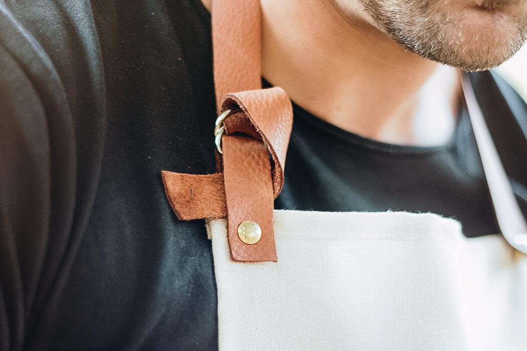 DIY Anleitung Geschenk für Männer selber machen Grillschürze mit Leder - Weihnachtsgeschenk für ihn