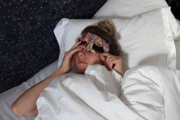 DIY Geschenkidee Schlafmaske mit Wimpern aufpeppen - DIY Anleitung