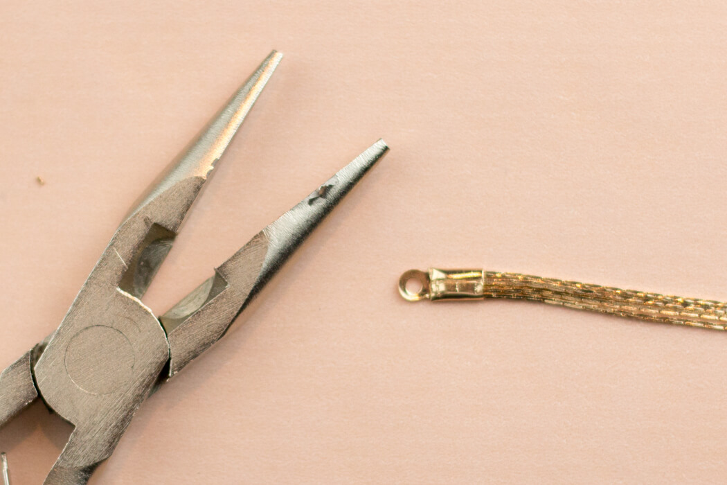 DIY Blog Quasten Armband selber machen Freundschaftsbändchen Schmuck DIY Zange Anleitung