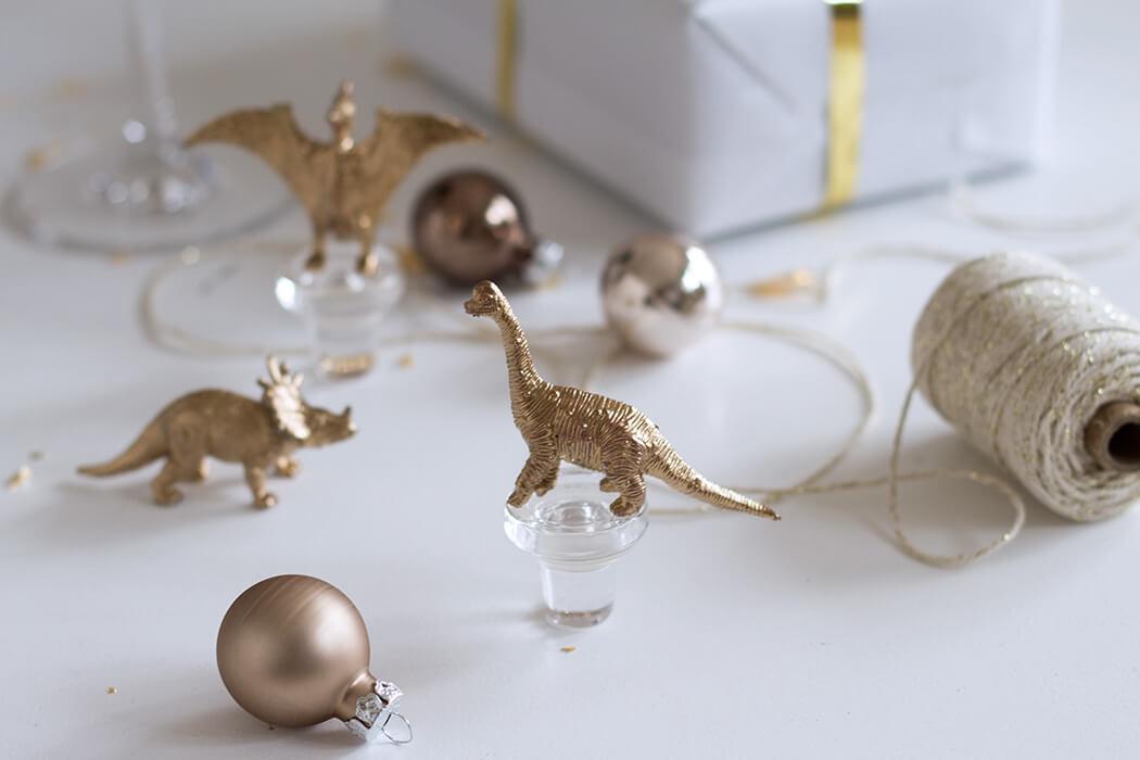 diy geschenkidee weinkorken mit goldenen dinos. Black Bedroom Furniture Sets. Home Design Ideas