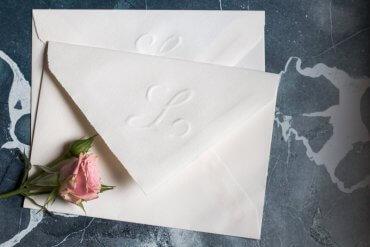 DIY Hochzeit Einladungskarten selber machen Briefumschlag Monogram prägen - DIY Blog lindaloves.de