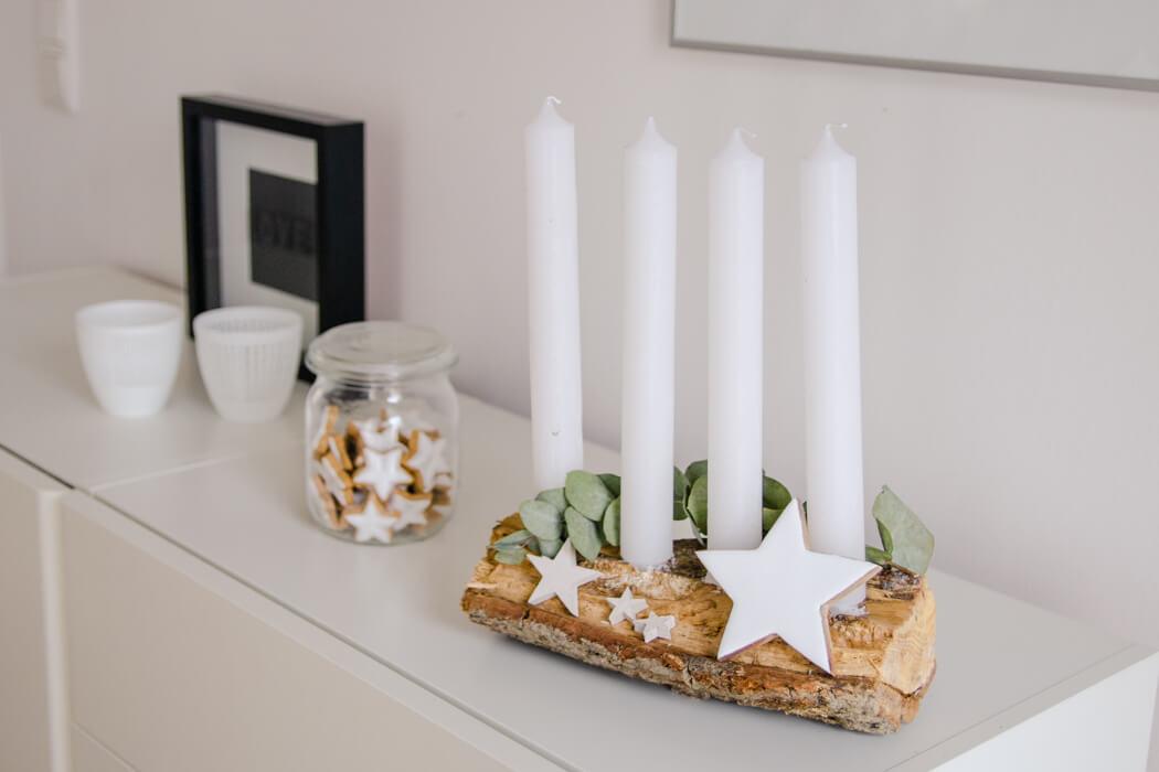 DIY ADVENTSKRANZ – 3 SCHÖNE IDEEN MIT EUKALYPTUS - Adventskranz mit Holzscheit und Eukalyptus - Weihnachten im Scandi Style - Adventskranz aus Kaminholz - Upcycling mit Holz