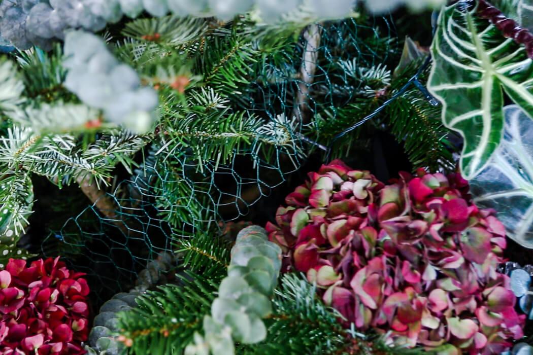 weihnachtsbaum mit blumen und pflanzen schm cken. Black Bedroom Furniture Sets. Home Design Ideas
